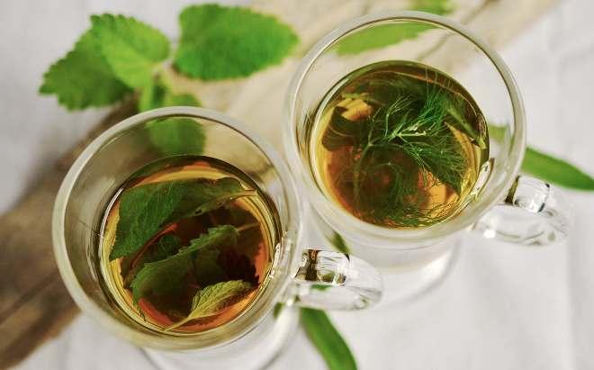 Чашка с зеленым чаем и мятой