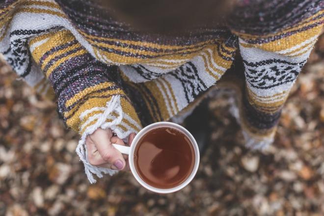 Замерзшая девушка с чаем в руке
