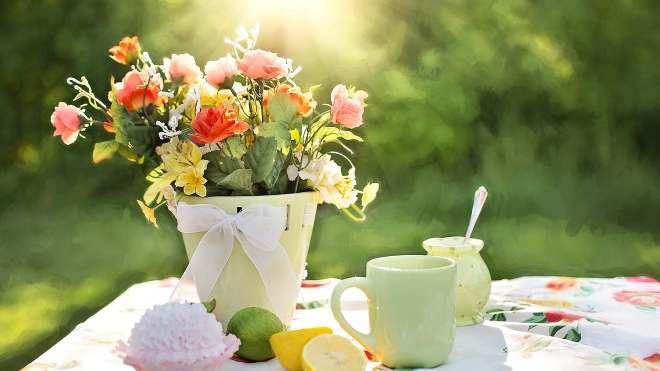 Чай и цветы на столе