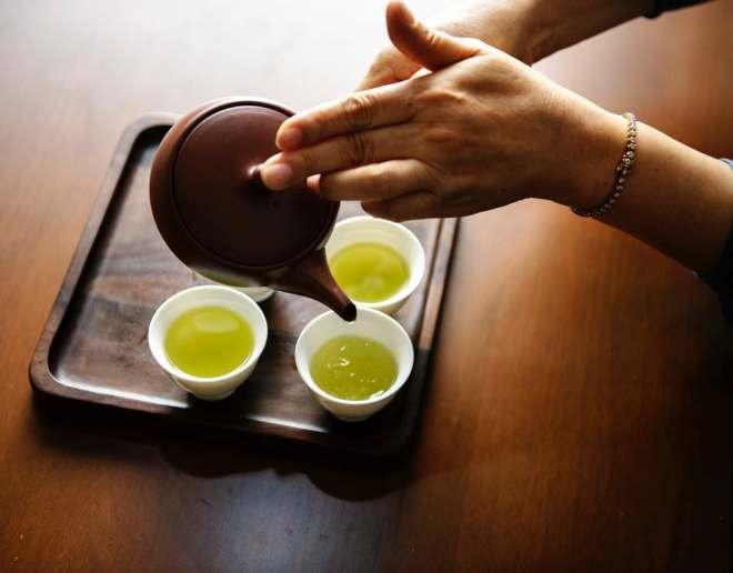 Разлив зеленого чая