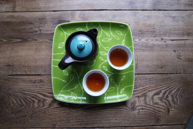 2 чашки чая на столе