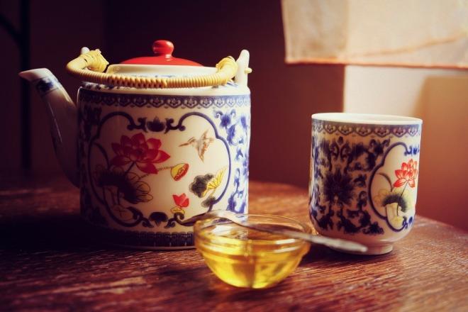 Чашка чая и блюдце с медом