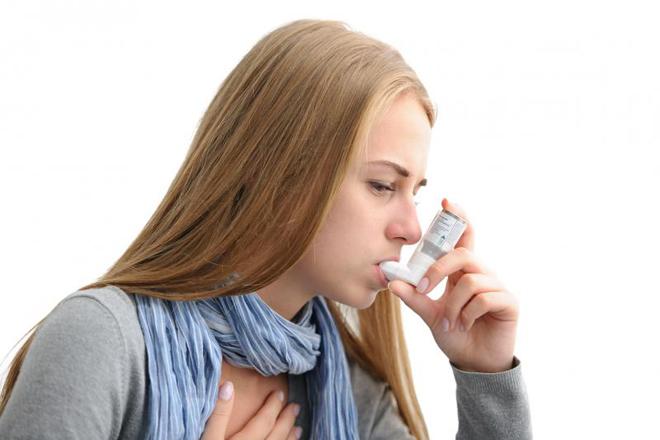 Женщина страдает от бронхиальной астмы
