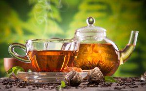 чай в чайнике и чашка