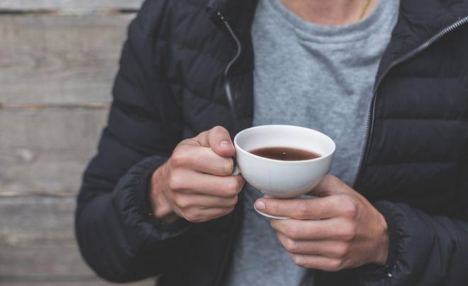 Мужчина с чашкой чая