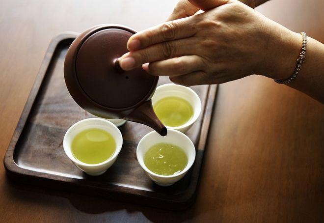 Разливание зеленого чая