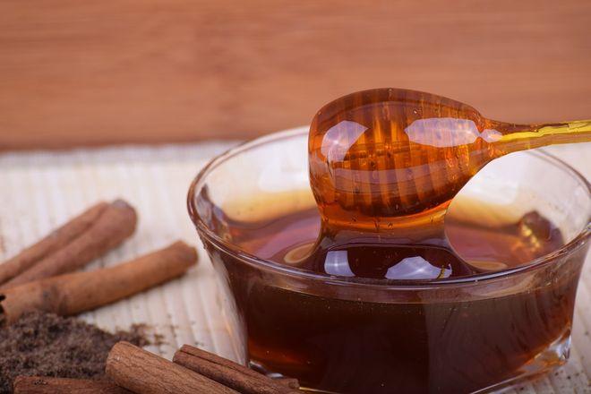 Стеклянная миска с медом