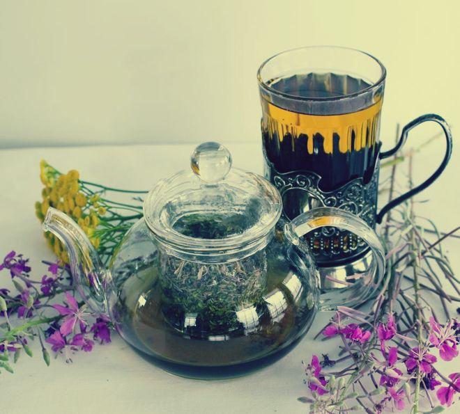 Чайник с чаем и цветки чабреца